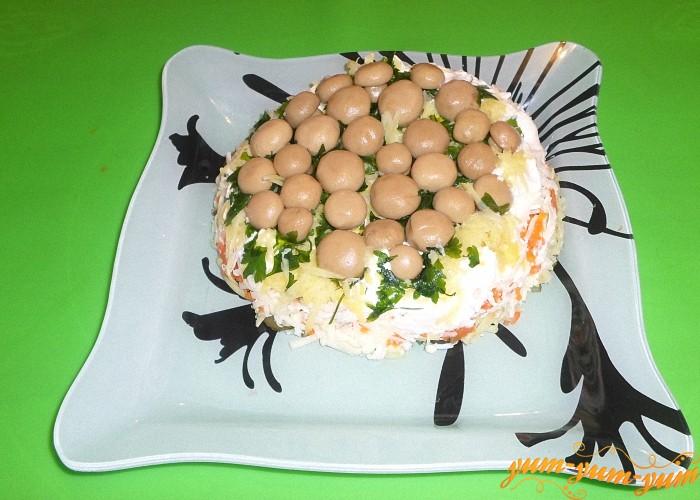 Салат перевернуть на плоскую тарелку или блюдо и украсить