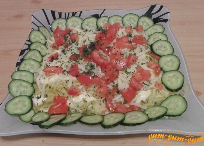 Салат посыпать свежей зеленью и можно подавать к столу