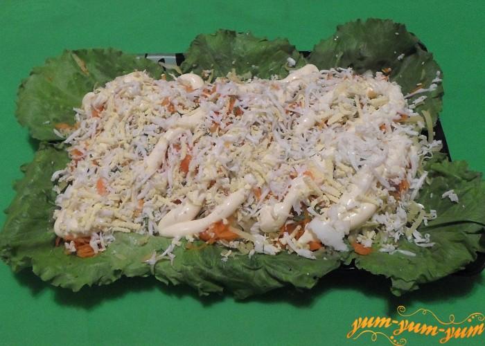 Салат с курицей и маринованными огурцами можно подавать к столу