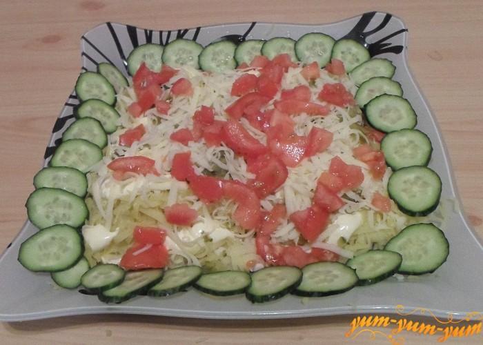 Салат украсить свежими овощами и поставить в холодильник на 1-2 часа