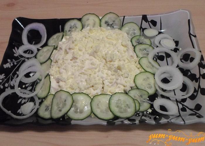 Смазать верхний слой салата майонезом и украсить желтком и свежей зеленью