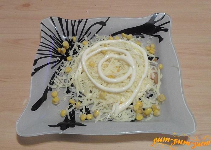 Сверху сыра и кукурузы слой майонеза