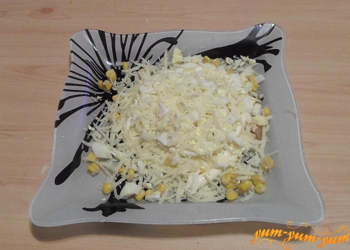 Сверху яичного слоя натереть сыр