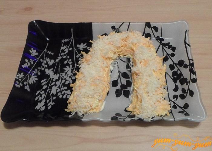 Сыр натереть на средней или мелкой терке и посыпать сверху