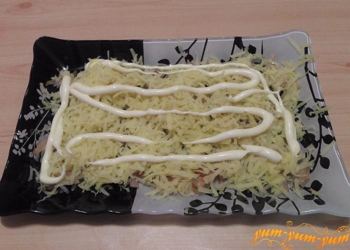 Тертый картофель смазать слоем майонеза