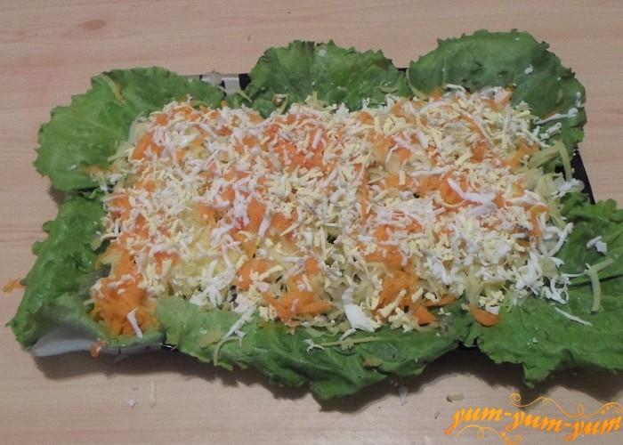 Вареные яйца покрошить сверху моркови