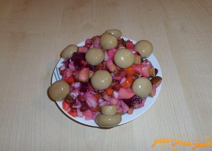 Винегрет с маринованными грибами подаем к столу