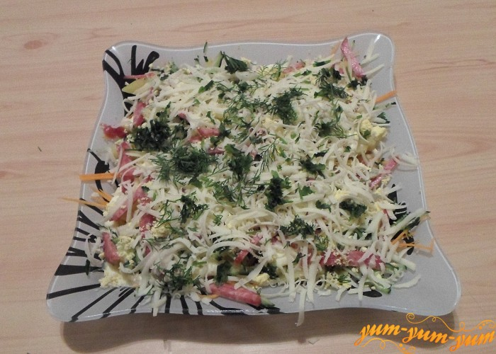 Яичный желток покрошить сыр натереть на терке свежую зелень нарезать мелко