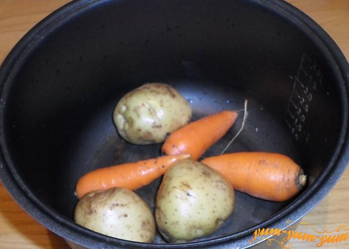 Картофель и морковь залить водой и сварить до готовности
