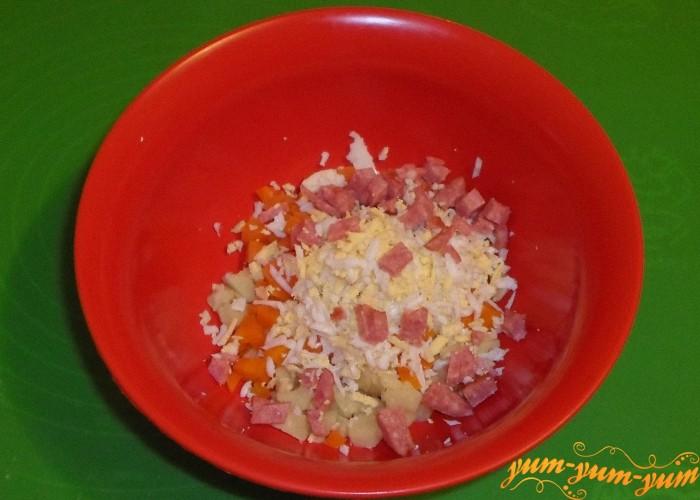 Колбасу нарезать мелко кубиками или соломкой