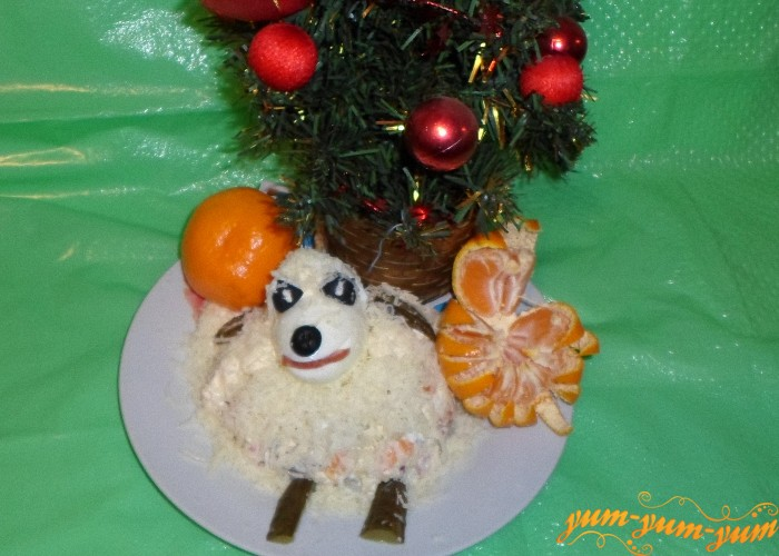 Оформить салат в виде овечки и подать к столу