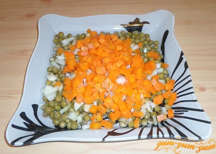 Вареную морковь почистить и нарезать мелкими кубиками