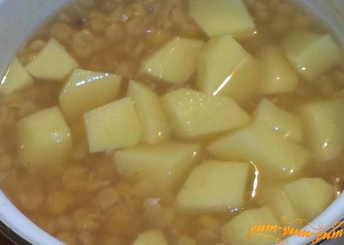 Добавить в кипящий суп картофель