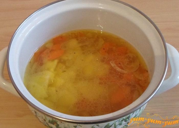 Добавить в суп обжаренные овощи и варить несколько минут