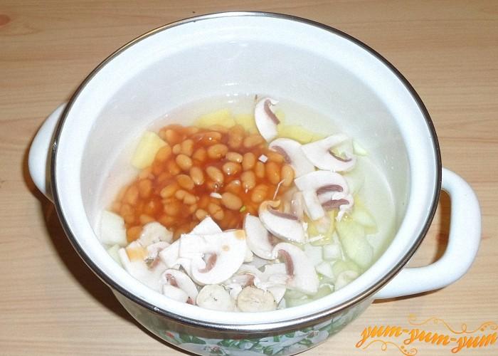 Грибы фасоль лук и картофель положить кастрюлю и залить водой