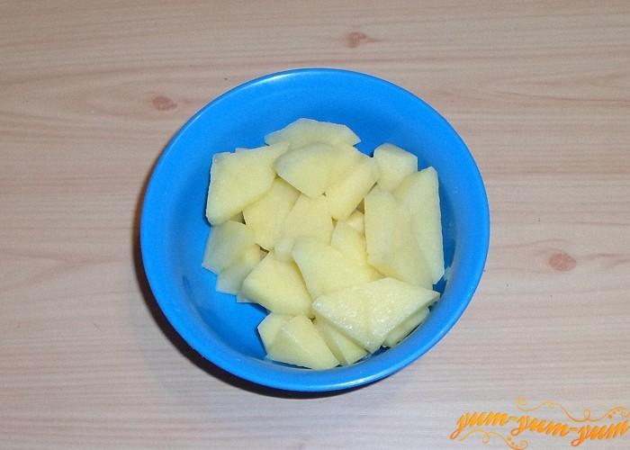 Картофель нарезать кусочками потоньше