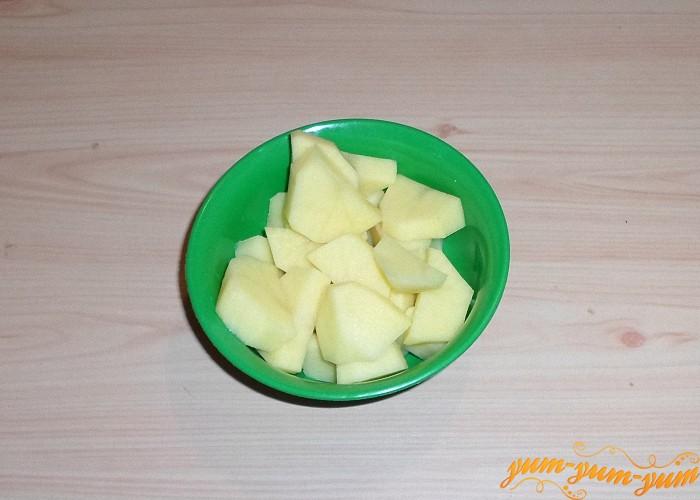 Картофель нарезать средними брусками