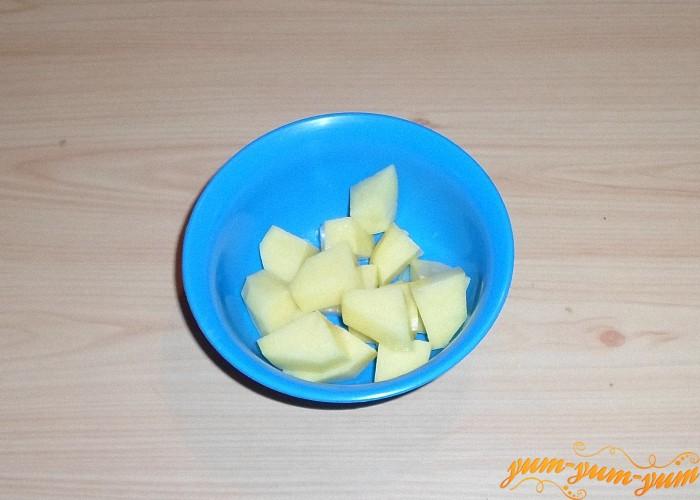 Картофель нарезать средними кубиками