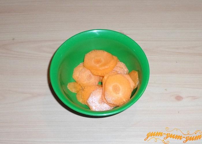 Морковь нарезать тонкими колечками