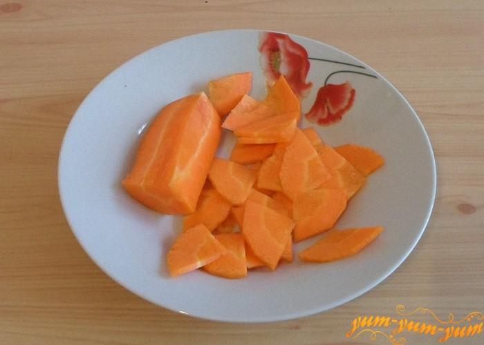 Морковь натереть на терке или нарезать колечками