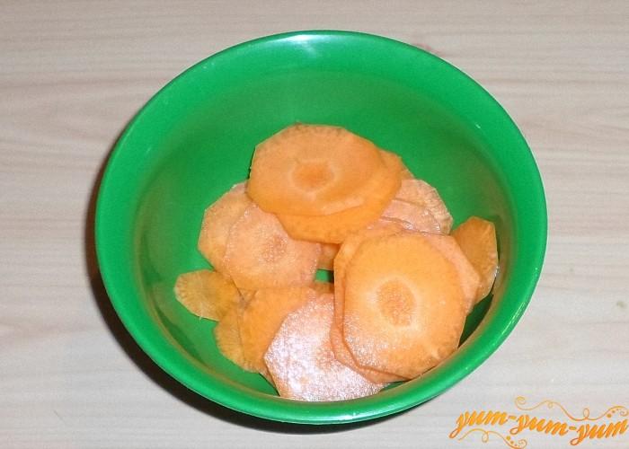 Морковь очистить от кожуры и нарезать колечками