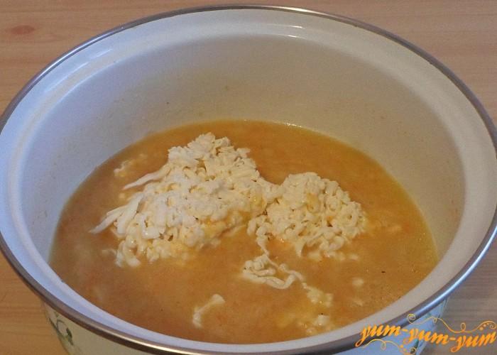 Положить в суп тертый сырок и нагреть