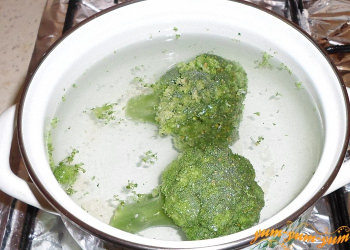 Брокколи не размораживая опустить в кипящую воду