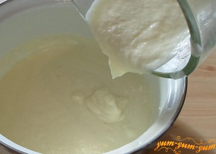 Измельчить картофель с сырным бульоном в блендере