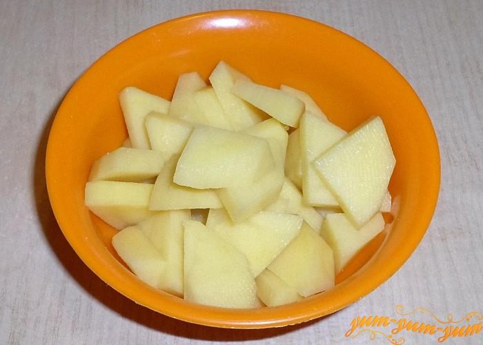 Картофель нарезать тонкими брусочками