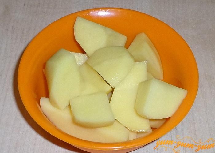 Картошку нарезать брусочками и варить вместе с курицей