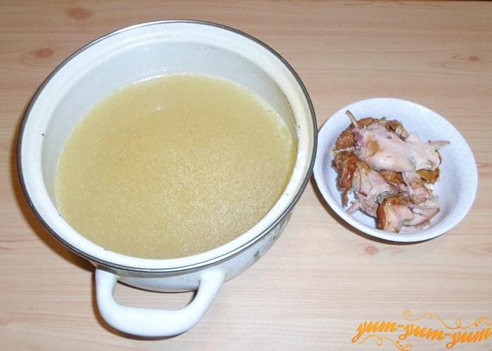 Копченую куриную грудку нужно отварить и отделить мясо