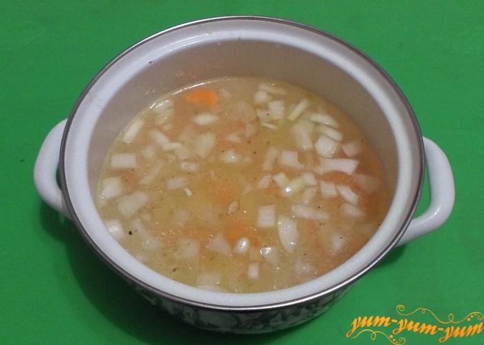 Лук и морковь потушить несколько минут и опустить в суп