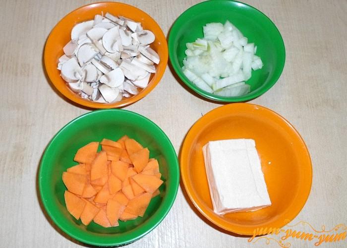 Лук картофель морковь и грибы нарезать как можно мельче