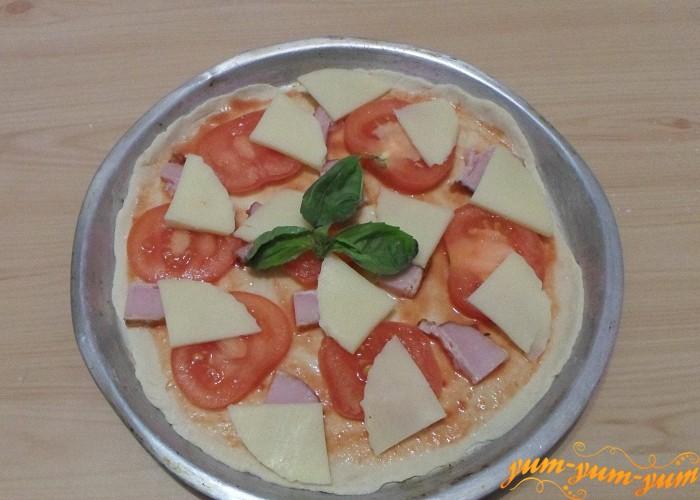 На тесто положить начинку из помидоров сыра бекона и базилика