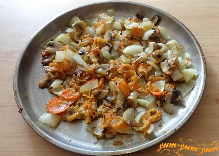 Обжарить грибы с луком и морковью на сковороде