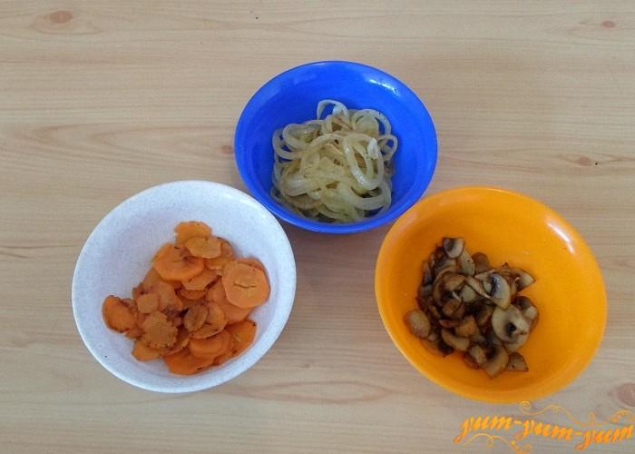 Отдельно обжарить грибы морковь и лук