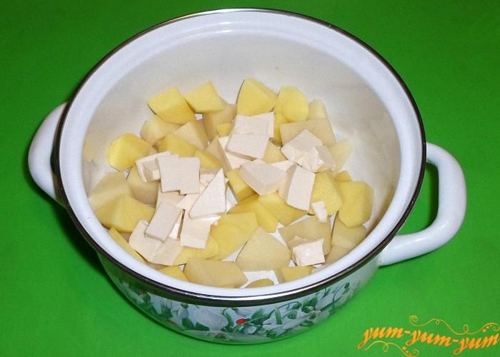 Плавленый сырок нарезать мелкими кубиками