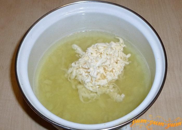 Плавленый сырок натереть на терке и добавить в картофельное пюре