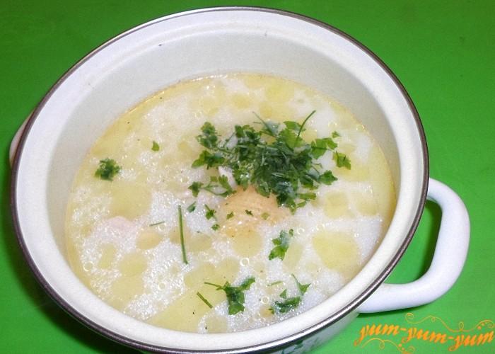 Положить в суп отваренное мясо и зелень