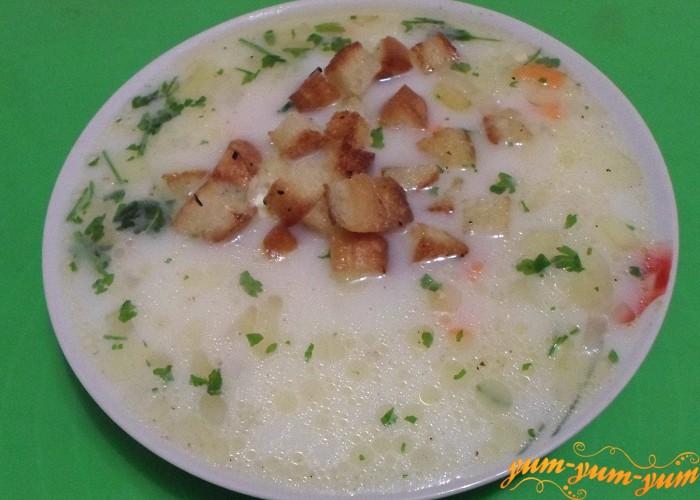 Сухарики добавить в тарелку к французскому сырному супу