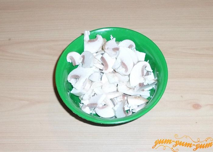 Свежие или размороженные грибы нарезать брусочками