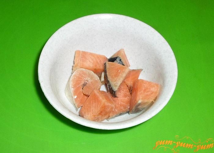 Свежую красную рыбу нарезать порционными кусочками