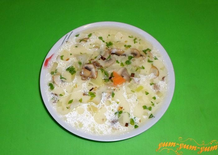Сырный суп с обжаренными грибами готов