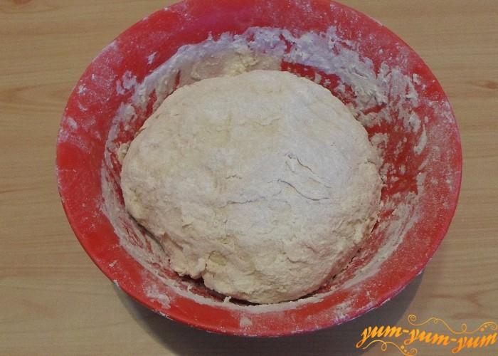 Тесто для пиццы соединить и вымешать