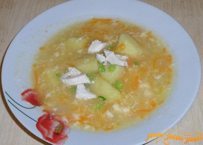 В готовый суп добавить кусочки куриного мяса и посыпать зеленью