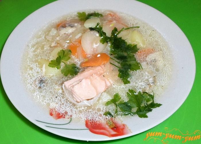 В сырный суп с семгой добавить зелени и подать к столу