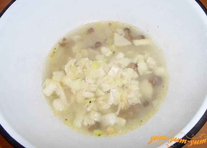 Добавить лук с мукой  в суп