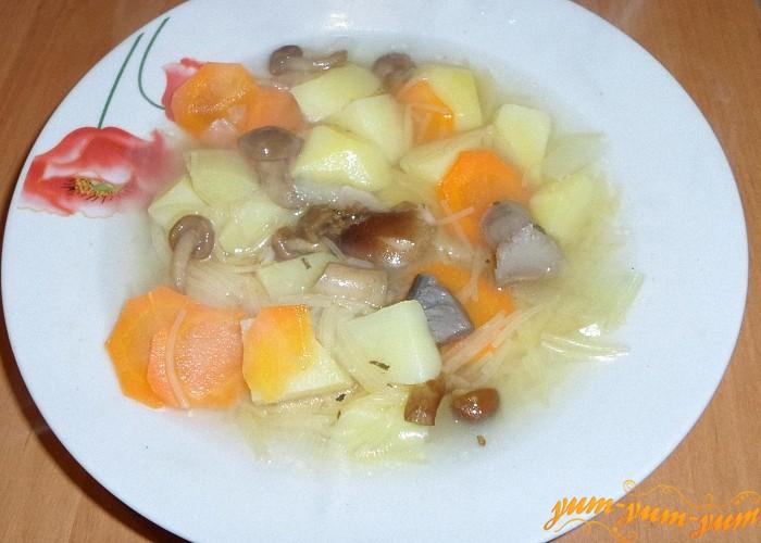 Готовый вермишелевый суп с грибами подать к столу