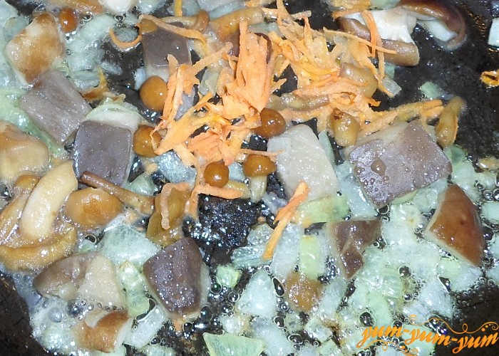 Грибы обжарить с луком и морковью