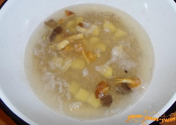 Картофель и грибы добавить к перловке